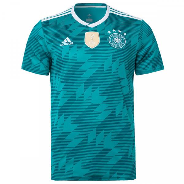 Verbindet die Leidenschaft zum Fußball mit hohem Tragekomfort: das DFB-Auswärtstrikot. Das sportliche Design des Shirts mit FIFA- und DFB-Patch sowie adidas-Logoprint wird durch das trageangenehme Funktionsmaterial ergänzt. Das Trikot begeistert weiterh